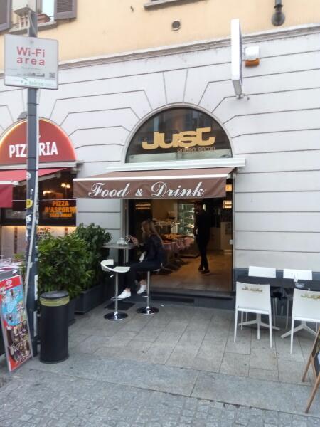 В баре, подобном этому бару в Милане, можно ранним вечером обрести счастье. Но Wi-Fi нигде не работает