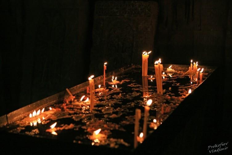 Сгорая, плачут свечи