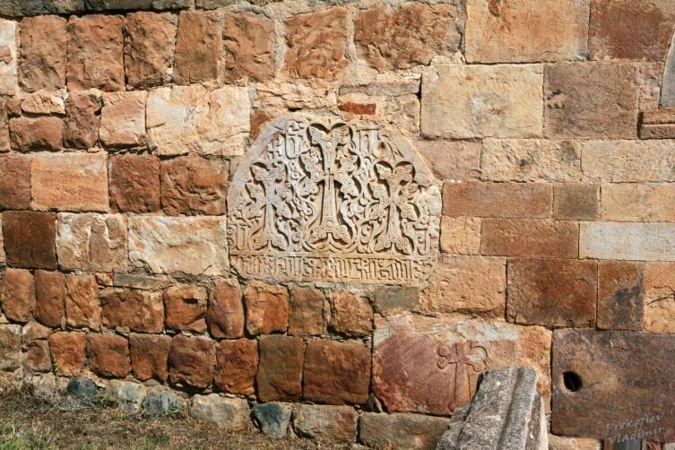 Вернашен. Фрагмент стены. Такие встроенные хачкары — непременный атрибут любого культового сооружения в Армении