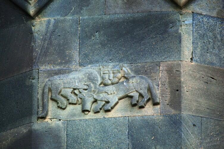 Герб Орбелянов. Хотя называть такие скульптурные метки гербами не совсем верно, но некоторая связь между изображением и фамилией всё же прослеживается
