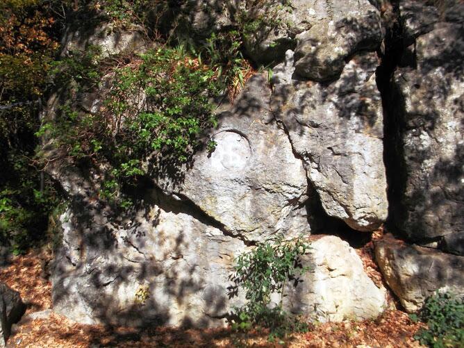 Сейчас лишь круглое место на скале напоминает о барельефе