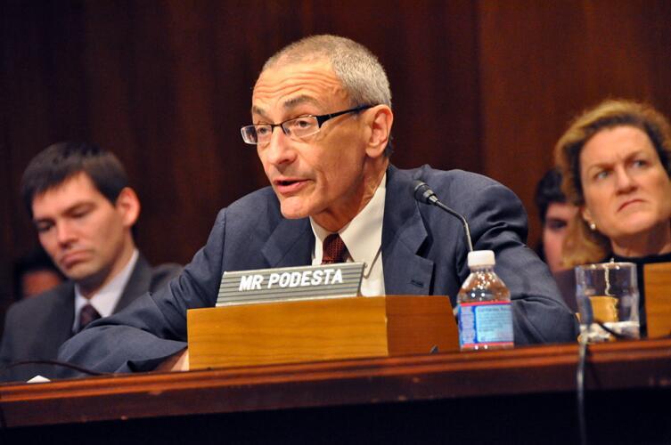 Джон Подеста выступает перед специальной комиссией комитета Сената США по бюджету на тему деятельности правительства