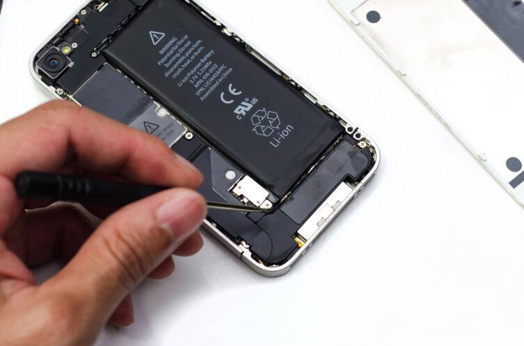 Если уронили телефон в ванну или в речку, придется нести на ремонт специалисту