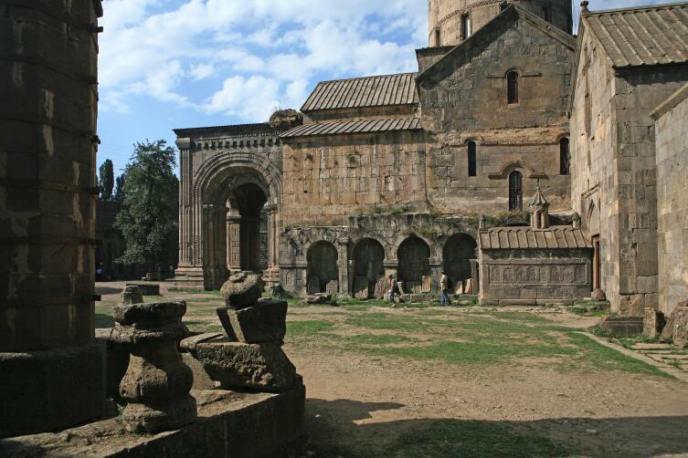 Монастырский двор Татева