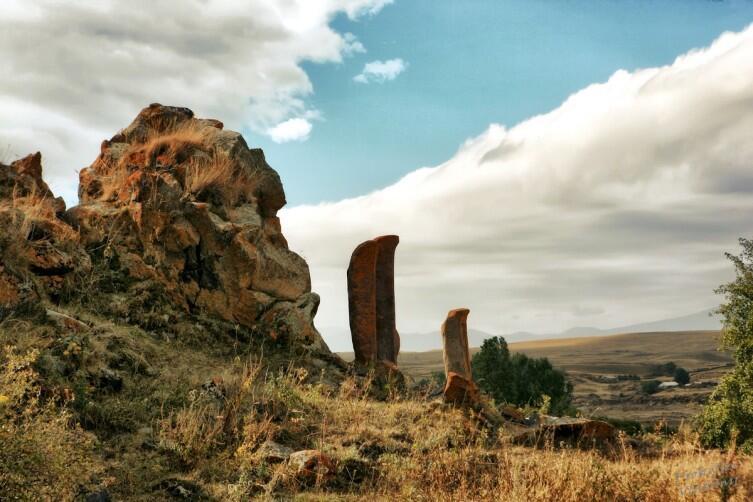 Эти хачкары напоминают выстроившихся в ряд идолов острова Пасхи