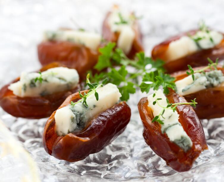 Финики, фаршированные козьим сыром