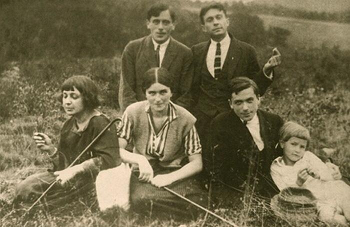 Марина Цветаева (крайняя слева), Сергей Эфрон (сзади слева) и Константин Родзевич (справа). Прага 1923 г.
