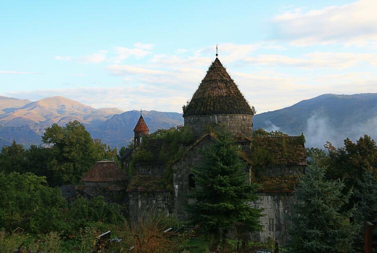 Щедро заросшие крыши монастыря придавали ему особый дух времени