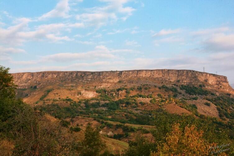 Вид со стороны монастыря на  тот спуск, с которого снят вид монастыря