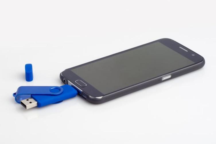 Идеальный случай— смартфон поддерживает USB OTG. Смело вставляем флэшку и записываем/считываем информацию