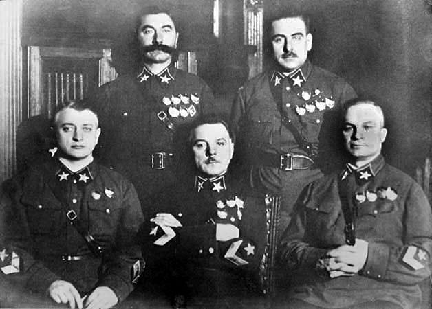 Первые пять Маршалов Советского Союза (слева направо): Тухачевский, Ворошилов, Егоров (сидят), Будённый и Блюхер (стоят)