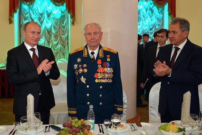 Президент России Владимир Путин и министр обороны Сергей Шойгу поздравляют Д. Т. Язова с 90-летием. 8 ноября 2014 года