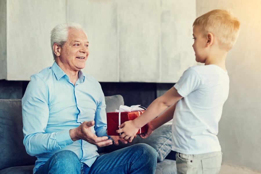 Как выбрать подарок для дедушки? Долой стереотипы!