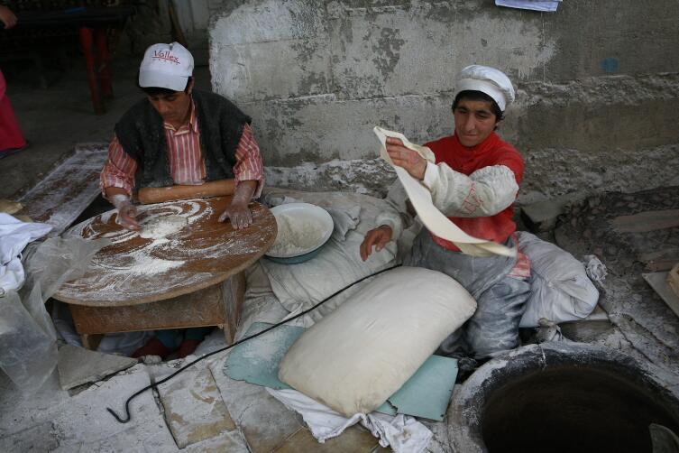 А вы видели, как пекут настоящий армянский лаваш?