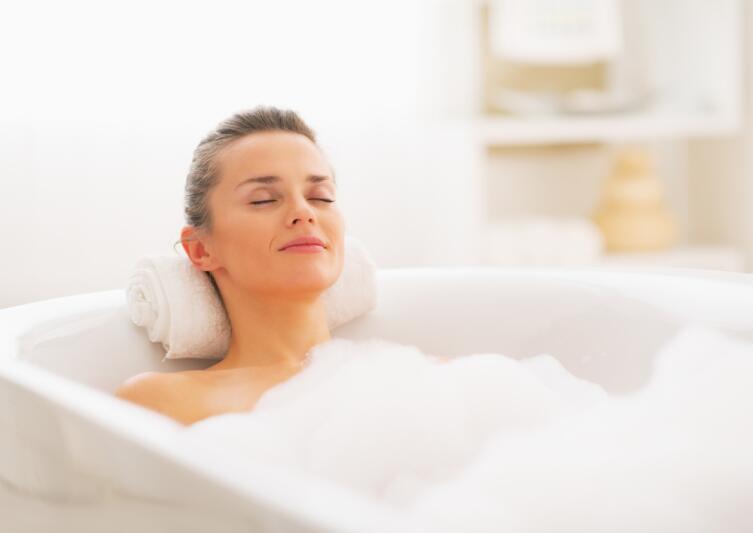 Примите прохладную ванну, от душа лучше воздержаться
