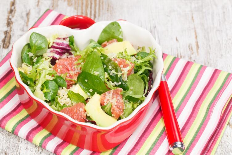 Сочетание инжира, авокадо, помидоров и зелени очень освежает