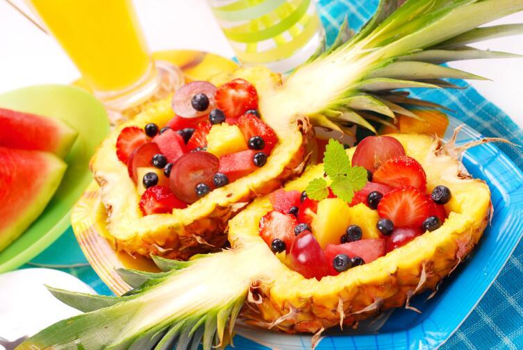 С фруктовыми салатами можно экспериментировать сколько угодно