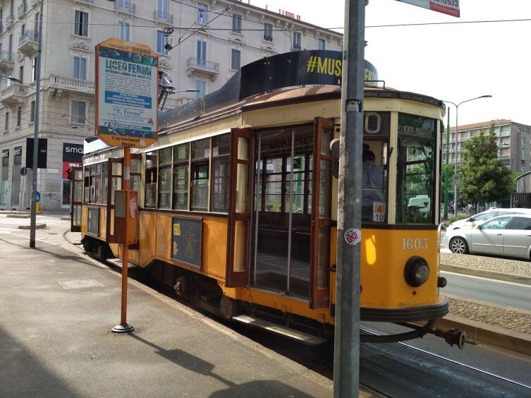 А этот трамвай— музейный