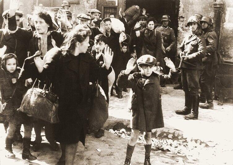 Фотография из рапорта Юргена Штропа, руководившего подавлением восстания в Варшавском гетто. Оригинальная подпись гласила: «Силой извлеченные из убежища»