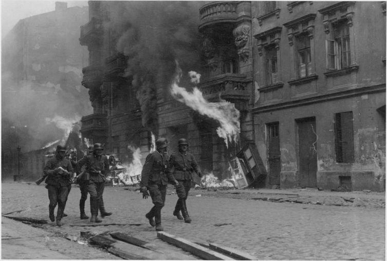 Фотография из рапорта Юргена Штропа, руководившего подавлением восстания в Варшавском гетто. Оригинальная подпись гласила: «Штурмовая группа»