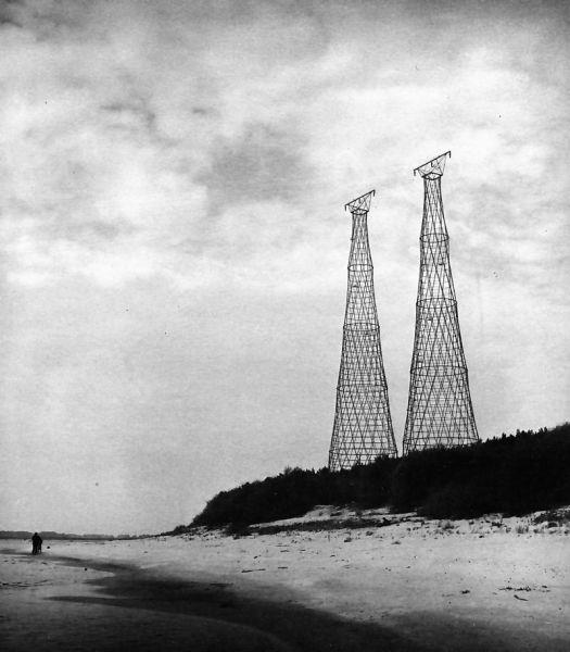 Две 128-метровые башни Шухова на берегу Оки, 1988 г.