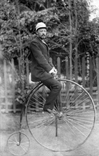 В. Г. Шухов на велосипеде «Паук»