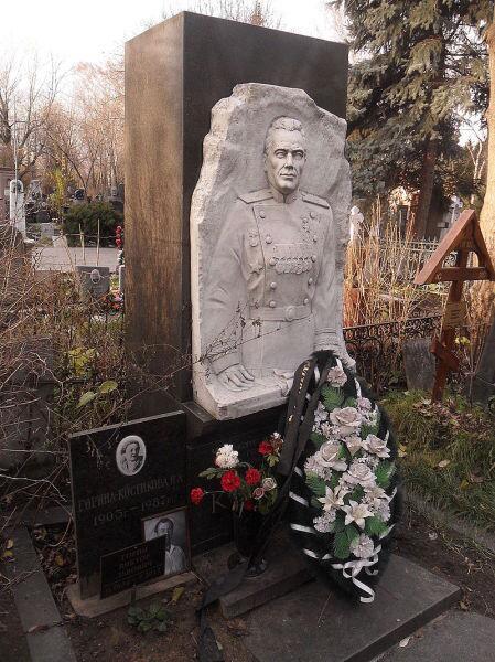Могила Костикова на Новодевичьем кладбище Москвы