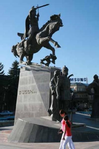 Гюмри, площадь Свободы(ныне Вардананц). Памятник полководцу Вардану Мамиконяну