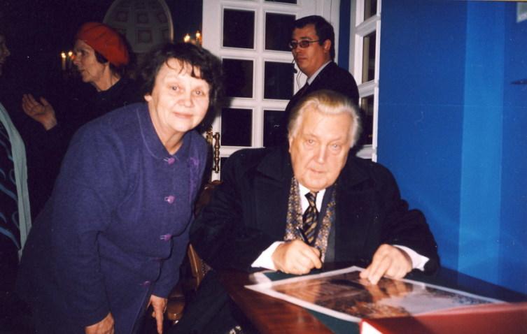 И.С. Глазунов дает автограф