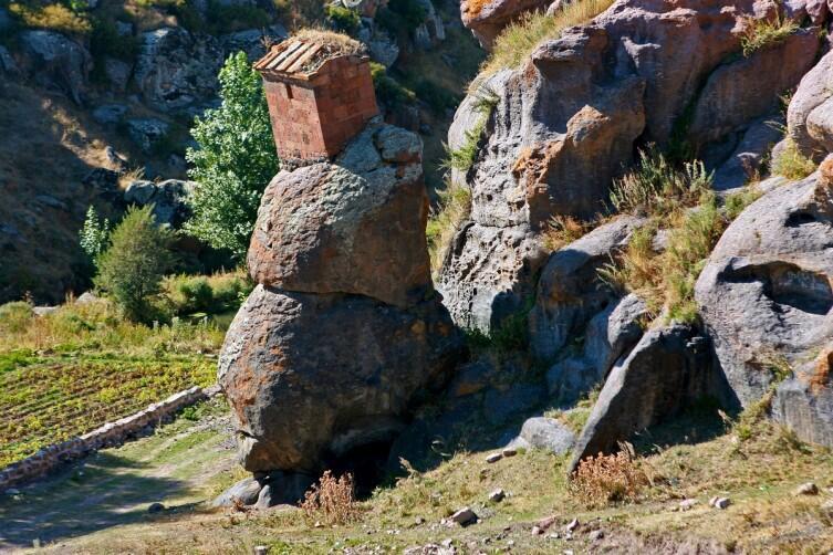 Часовня отшельника. Судя по всему, часть скалы отделилась от основного тела при землетрясении, а вместе с ней уехала и часовенка