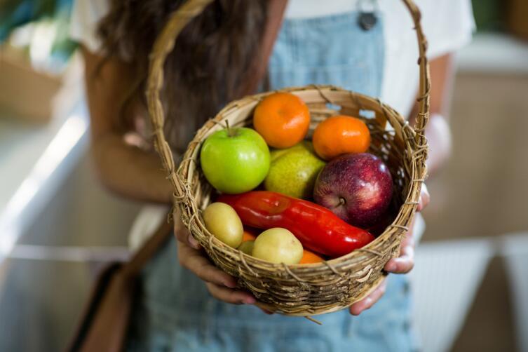 Если гости хотят помочь, не отказывайте, дайте задание купить фрукты или принести салат