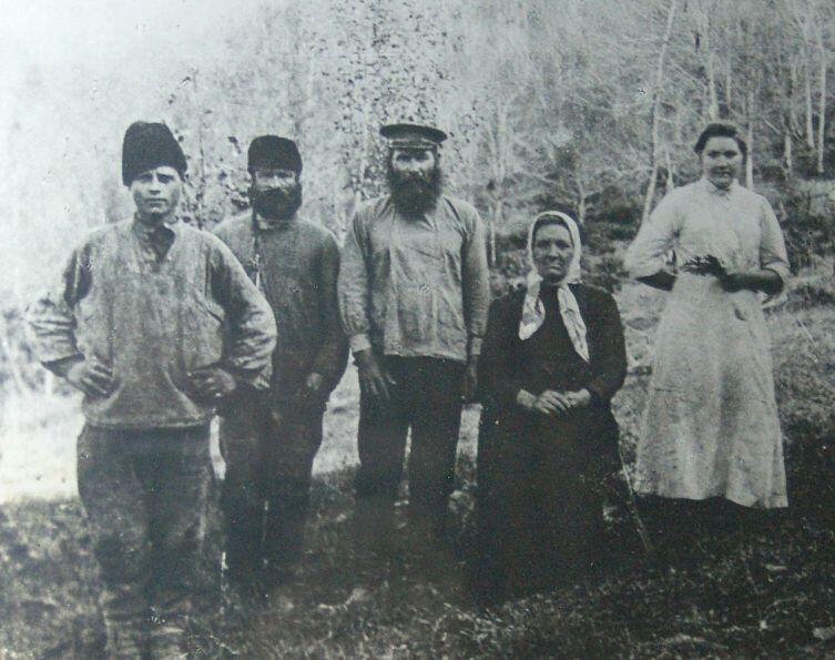 Иуда Кошман с женой в центре в окружении сотрудников. Солох-Аул, ок. 1910г.