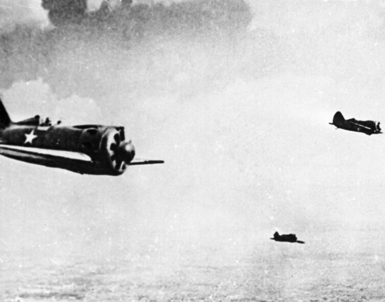 Звено советских истребителей И-16 в небе во время боев на Халхин-Голе