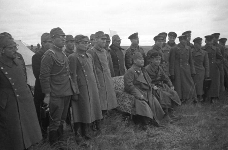 Советские и японские представители командования во время перемирия в районе реки Халхин-Гол