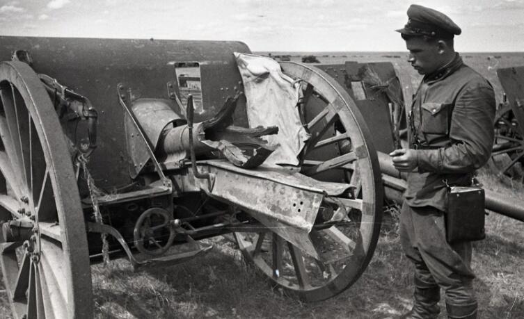Лейтенант РККА осматривает 75-мм японскую полевую пушку Тип 38, захваченную в боях на Халхин-Голе