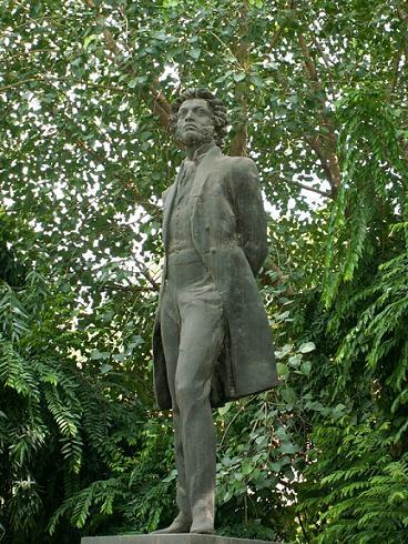 Памятник Пушкину в Дели (Индия), площадь Р. Тагора (у здания Академии литературы). Открыт 20 ноября 1988 г. Скульптор Аникушин М. К., архитектор Михайлов С. Л.