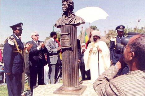 Памятник Пушкину в Адис-Абебе (Эфиопия). Открыт 27 июня 2006 г. Скульптор Белашов А. М.