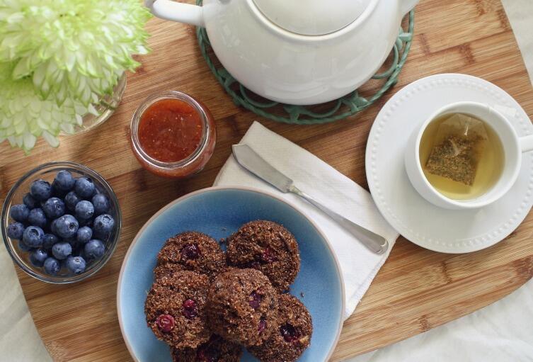 Один из вариантов континентального завтрака: маффины с джемом, чай, ягоды