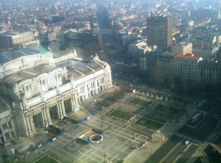 Так с бельведера башни Пирелли виден центральный вокзал Милана