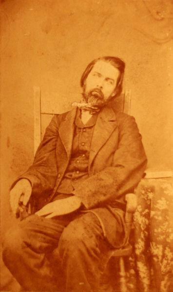 Посмертная фотография мужчины средних лет. Тело усажено в позе живого человека (около 1860 года)