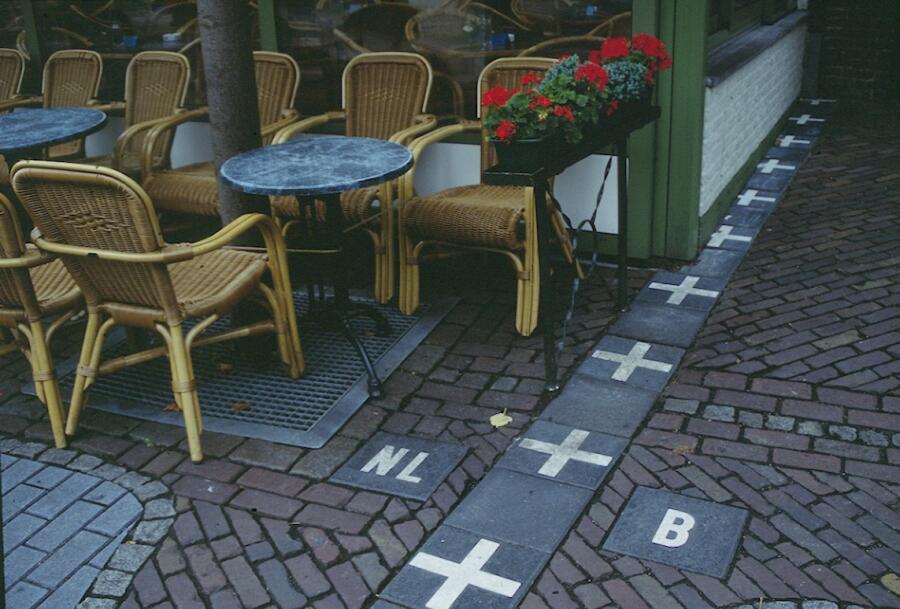 Пограничное кафе, в котором между столиками проходит граница между Бельгией и Нидерландами