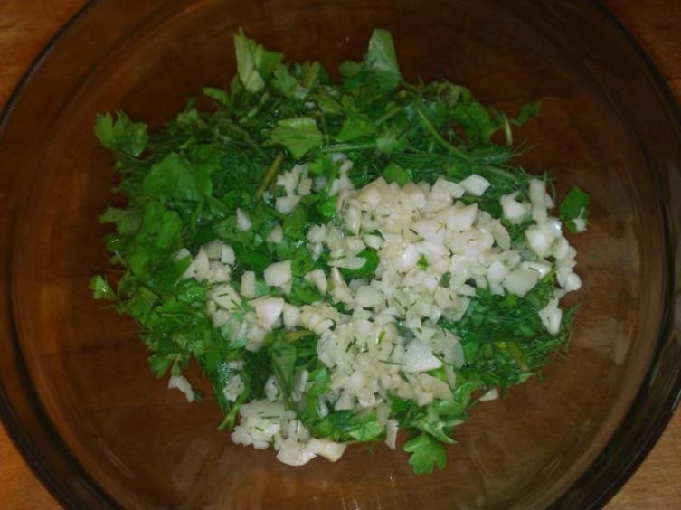 Мелко порубить зелень и чеснок