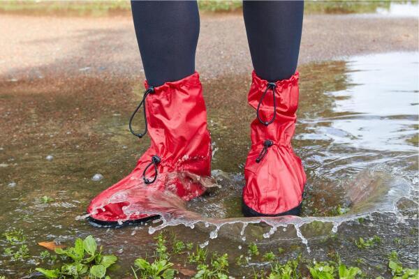 Как защитить обувь от дождя и луж?