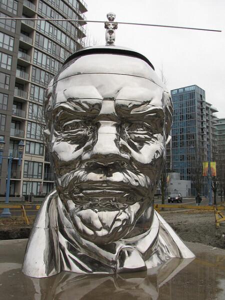 """Этот необычный памятник Ленину находится в Ванкувере, Канада. Установлен в районе Ричмонд в 2009 г. Скульпторы – братья Гао, уроженцы Китая. Голова увенчана карикатурной фигуркой """"мисс Мао"""" – пародией на Мао Цзэдуна"""