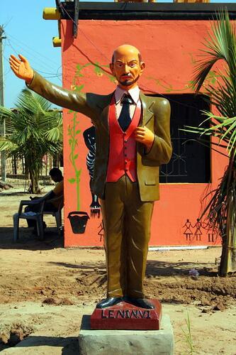 Такого цветного Ленина установили в 2000 годах в Морджиме (Индия) по инициативе российских жителей курорта