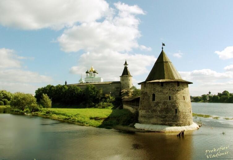 Общий вид кремля от слияния Псковы и Великой