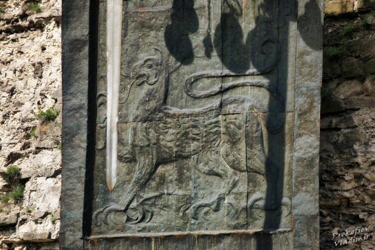 Символическая хоругвь и меч в память о победе Александра Невского над немецкими рыцарями