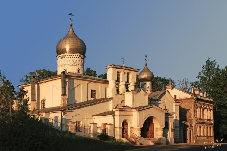 Церковь Варлаама Хутынского на Званице была поставлена по обету для избавления от «великого варлаамовского мора» 8 декабря 1466 года. В 1495 году деревянную сменила каменная