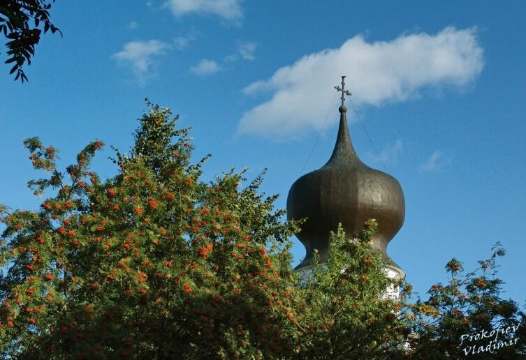 Эту необычной формы главу, напоминающую маковую коробочку Успенская церковь приобрела в XVIII веке