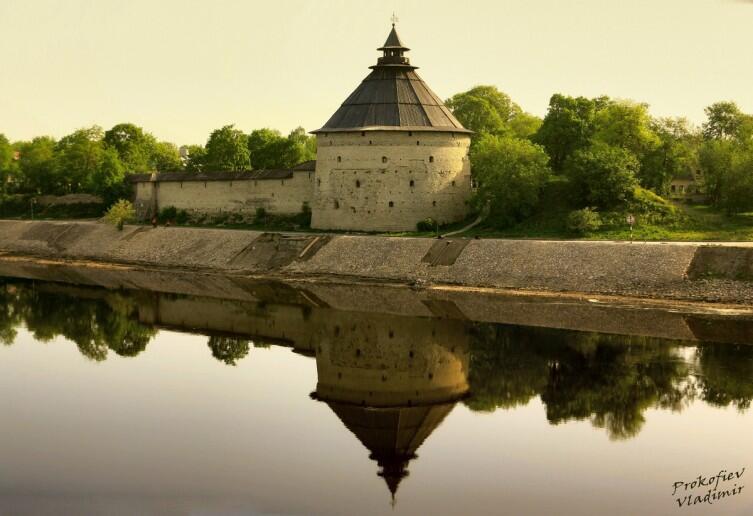 Покровская башня Окольного города, вид из-за р. Великой